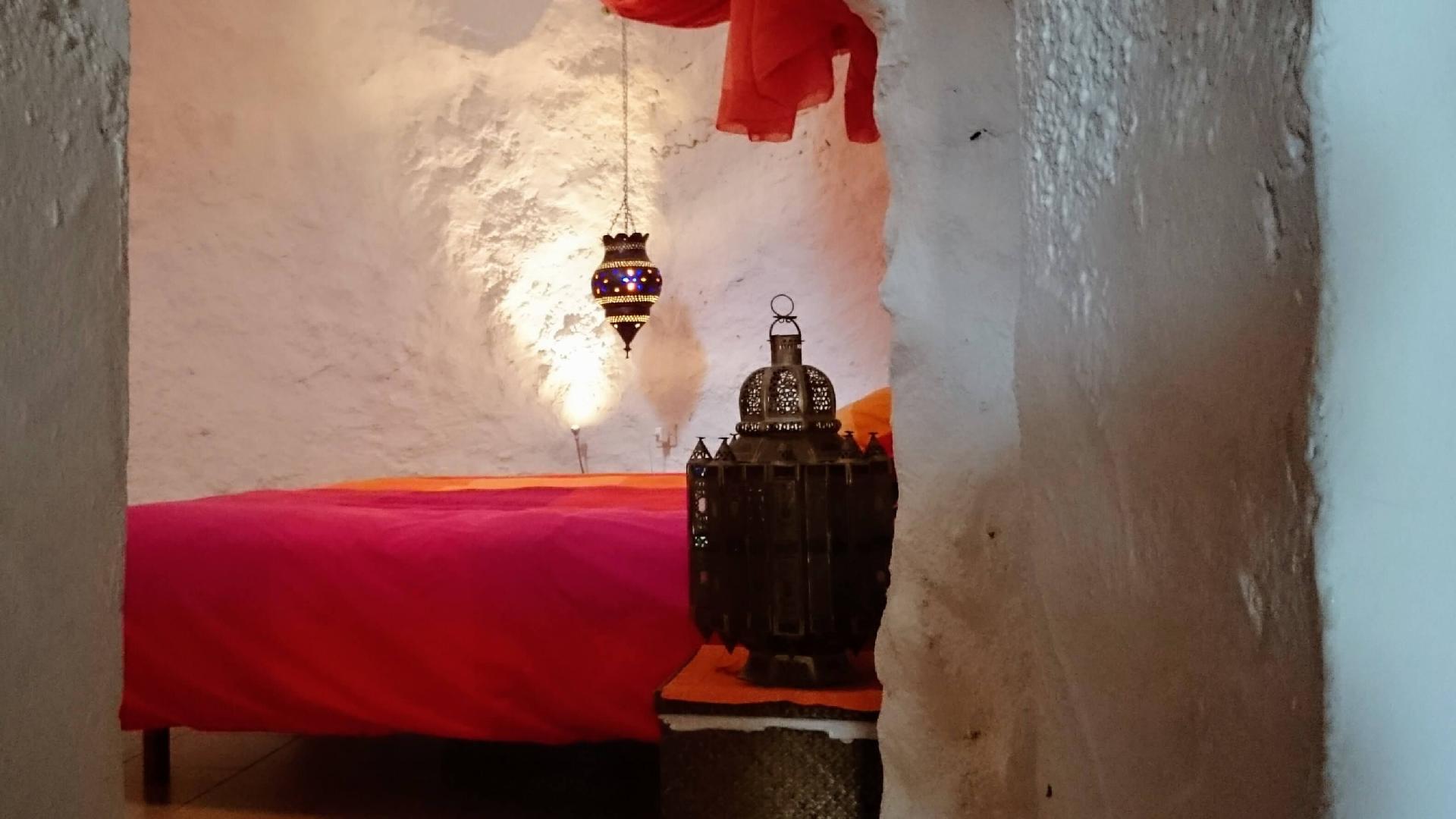 Traditionelles Ferienhaus mit Höhle und Dacht